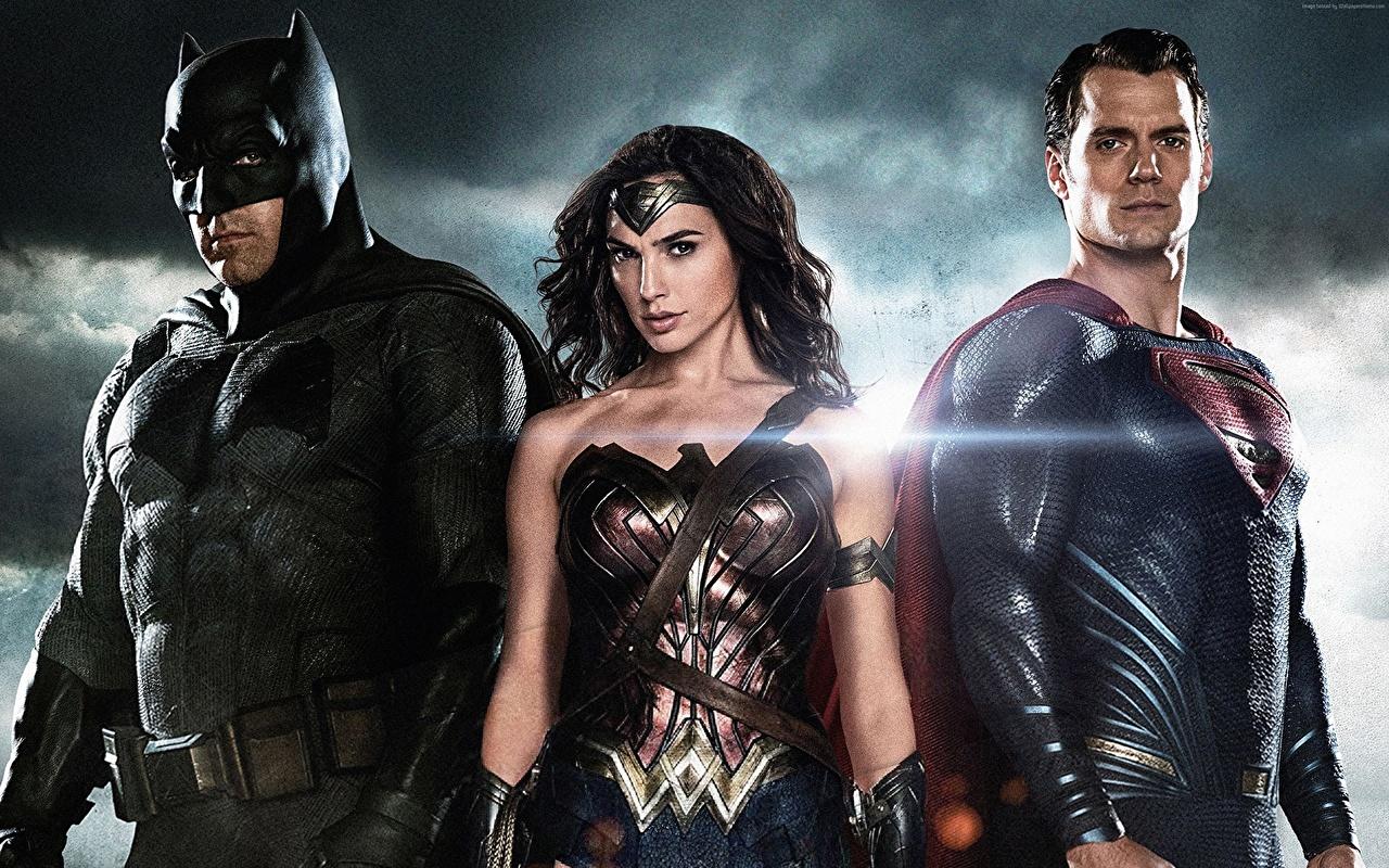 Фотографии Знаменитости Бэтмен против Супермена: На заре справедливости Henry Cavill Бен Аффлек Бэтмен герой Супермен герой Воители Кино втроем Галь Гадот Девушки Генри Кавилл воины Фильмы три Трое 3