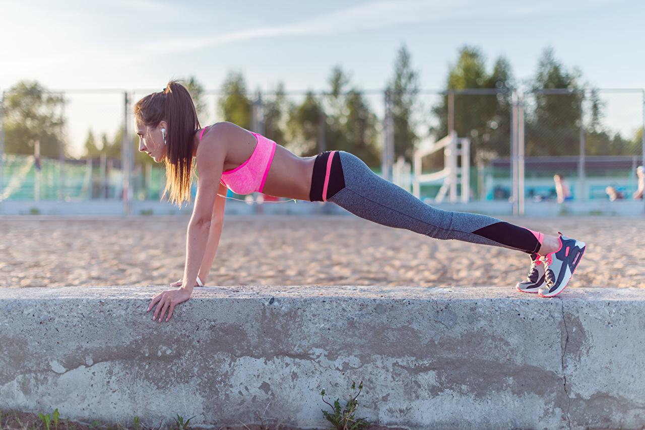 Фотографии Шатенка Отжимание outdoor activity sportswear pushups Фитнес Спорт Девушки