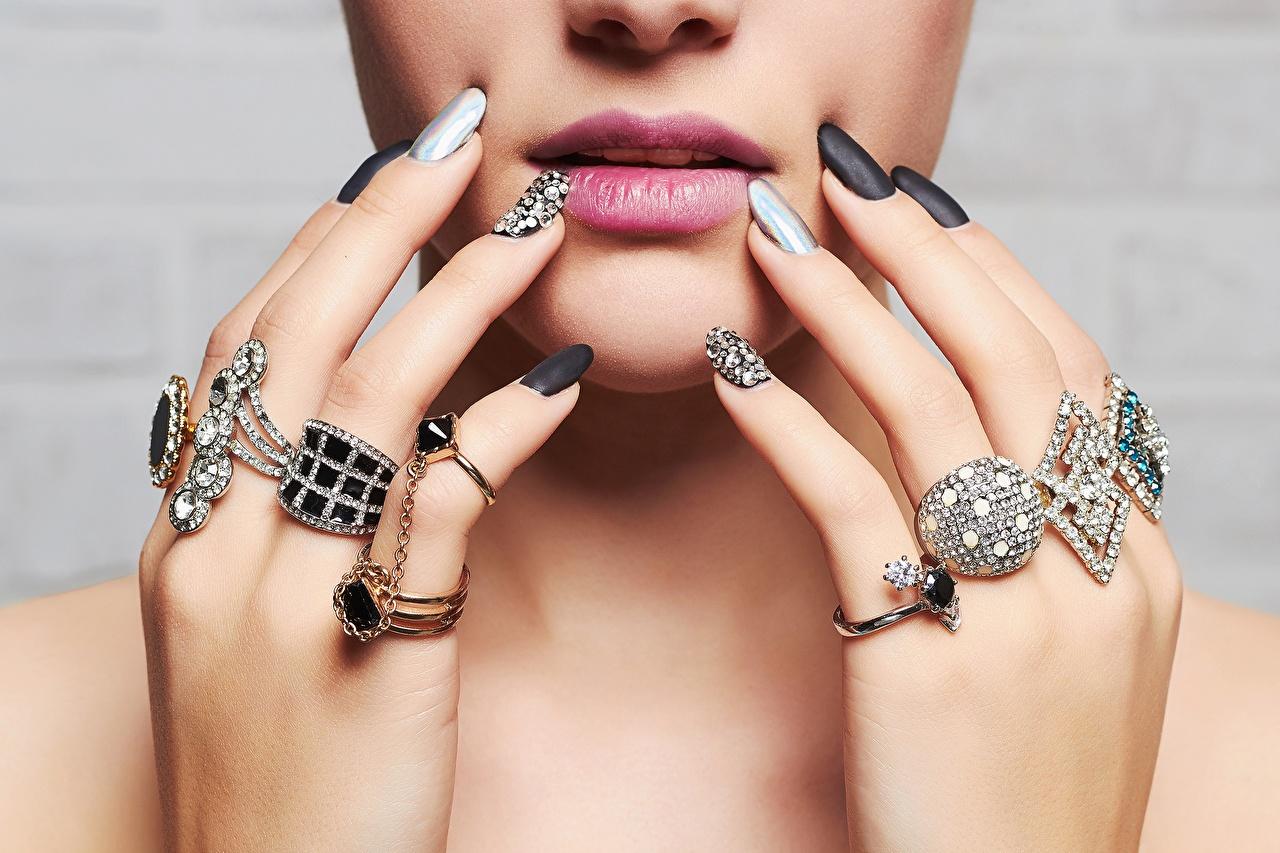 Картинки Маникюр Бриллиант лица девушка Губы кольца Пальцы Украшения маникюра алмаз обработанный Лицо Девушки молодые женщины молодая женщина Кольцо кольца ювелирное кольцо