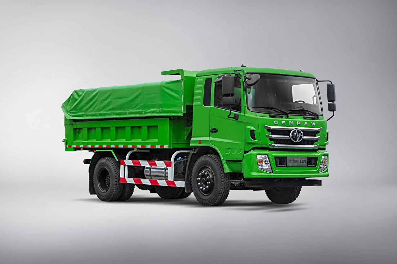Обои для рабочего стола Грузовики китайская Hongyan Genpaw, 2021 зеленая машины сером фоне китайский Китайские Зеленый зеленые зеленых авто машина Автомобили автомобиль Серый фон