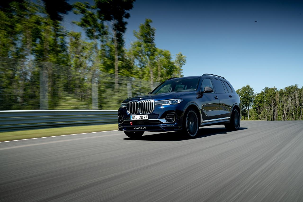 Фото BMW CUV Alpina XB7 Worldwide, G07, 2020 Дороги едущая Металлик автомобиль БМВ Кроссовер едет едущий скорость Движение авто машины машина Автомобили