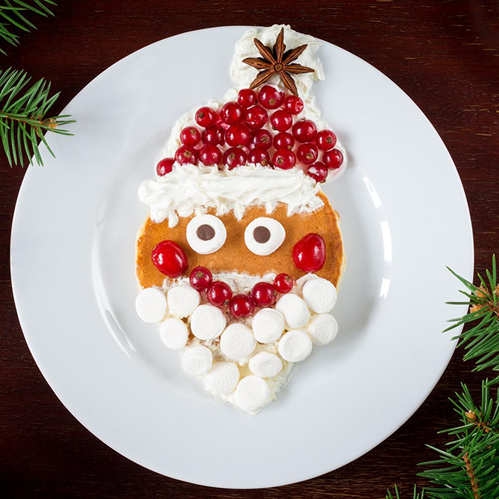 Картинка Новый год Блины Дед Мороз Маршмэллоу Смородина Тарелка Продукты питания сладкая еда Дизайн Рождество зефирки Санта-Клаус Еда Пища тарелке Сладости дизайна