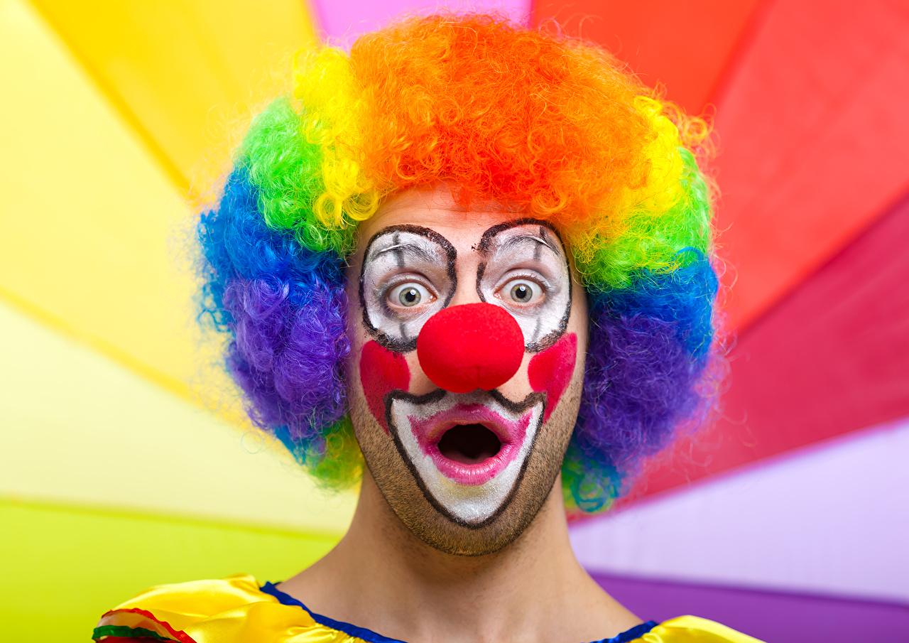 Картинка мужчина Макияж удивлен клоуна волос Мужчины мейкап удивлена Удивление эмоции изумление косметика на лице Клоун клоуны Волосы