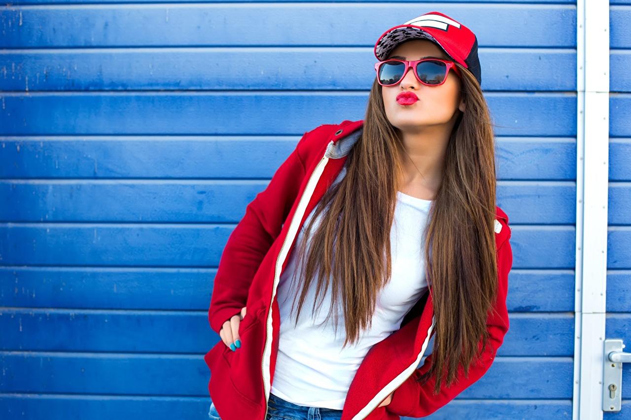 Картинка Шатенка позирует волос девушка очках Бейсболка шатенки Поза Волосы Девушки молодые женщины молодая женщина Очки очков Кепка кепке кепкой