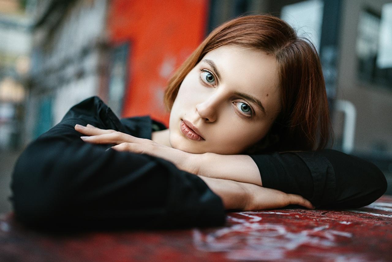 Фотография шатенки боке Лицо Девушки Руки смотрит Шатенка Размытый фон лица девушка молодые женщины молодая женщина рука Взгляд смотрят
