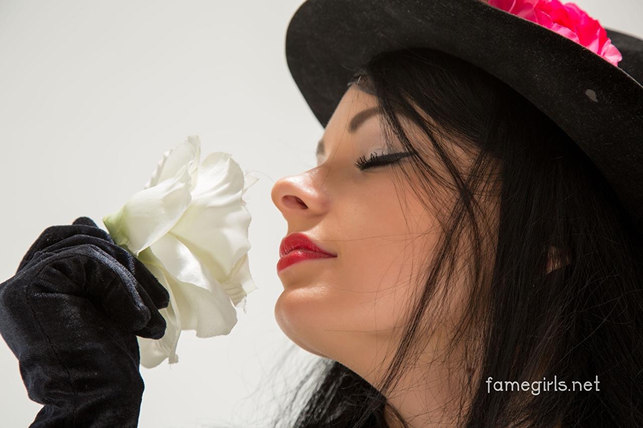 Картинка Katie Famegirls брюнеток фотомодель Макияж роза Лицо Шляпа молодые женщины Брюнетка брюнетки Модель мейкап косметика на лице лица Розы шляпе шляпы Девушки девушка молодая женщина