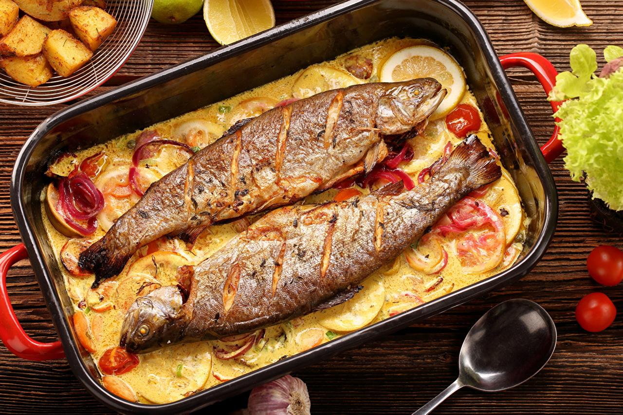 Рулетики из сибаса на спарже, с фаршированными цуккини, лаймом-гриль и яичным соусом.