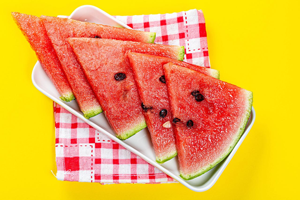 Картинка часть Арбузы Пища Нарезанные продукты Цветной фон Кусок кусочки кусочек Еда нарезка Продукты питания