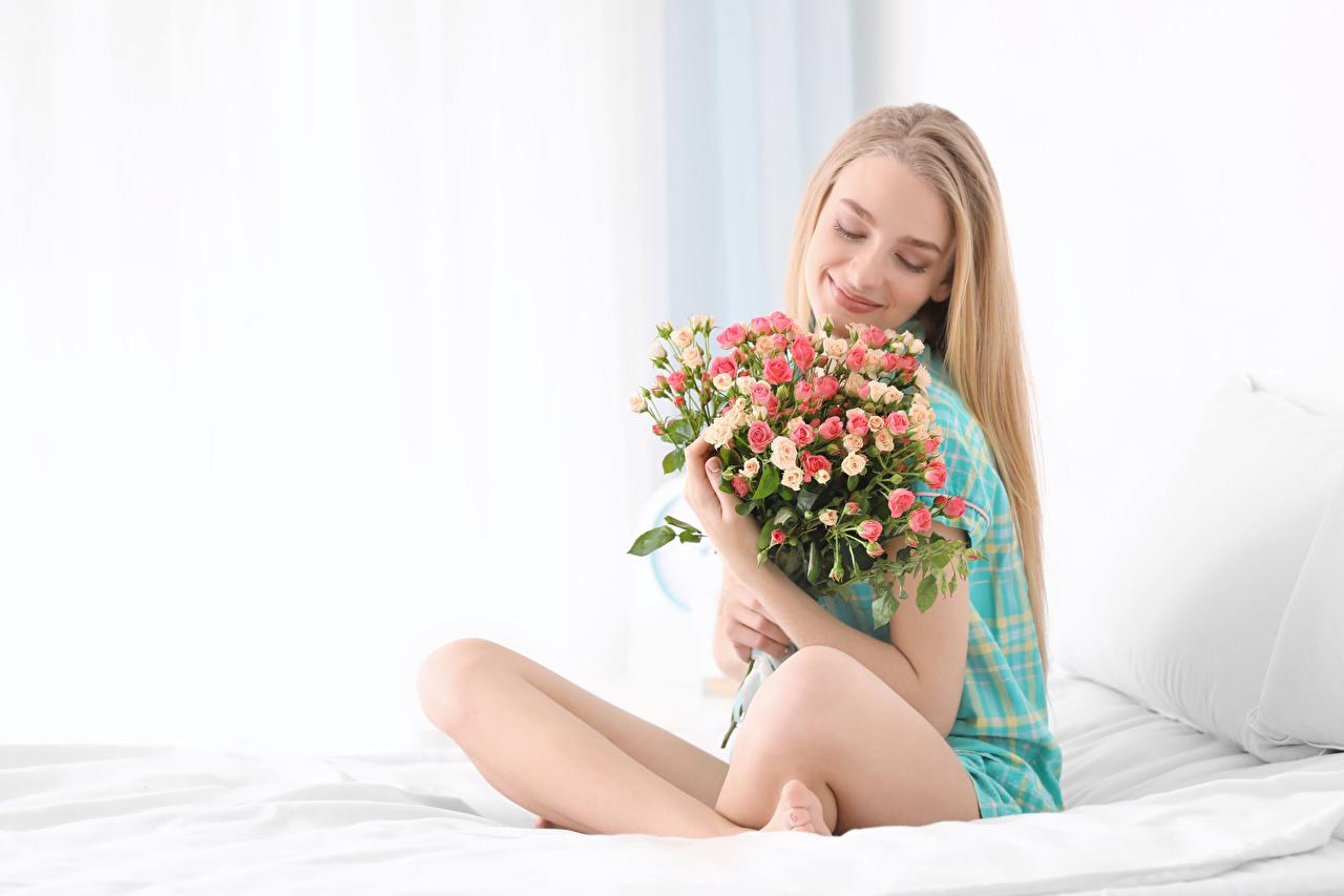 Обои для рабочего стола Блондинка улыбается Букеты Розы Девушки Сидит блондинки блондинок Улыбка букет роза девушка молодая женщина молодые женщины сидя сидящие