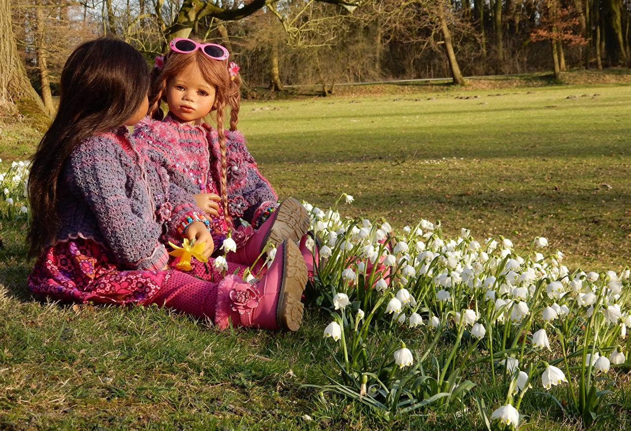 Фотографии девочка Германия Кукла Grugapark Essen 2 Природа Парки Ландыши очков Девочки куклы два две Двое вдвоем парк Очки очках