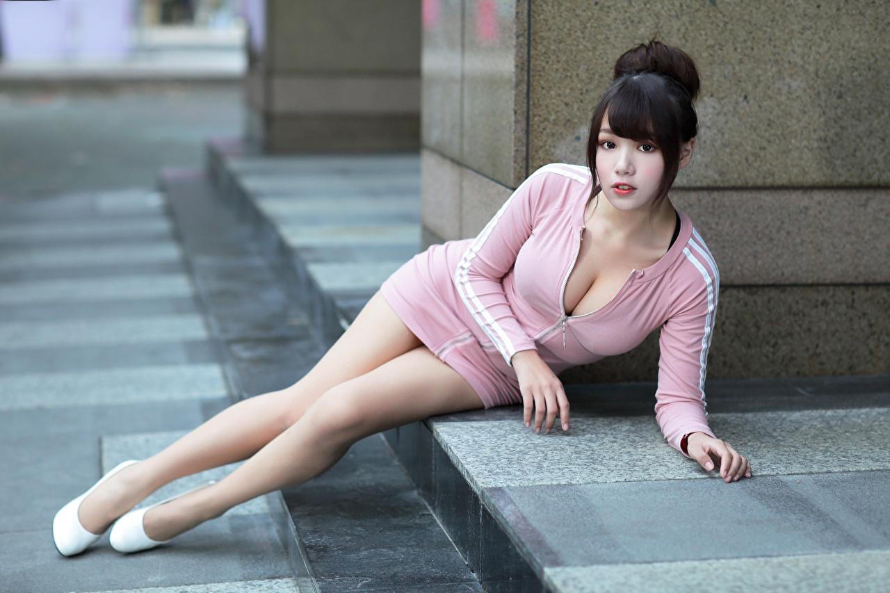 Фото Брюнетка лежа вырез на платье Девушки Ноги Азиаты смотрят Платье брюнетки брюнеток Лежит лежат лежачие Декольте девушка молодая женщина молодые женщины ног азиатки азиатка Взгляд смотрит платья