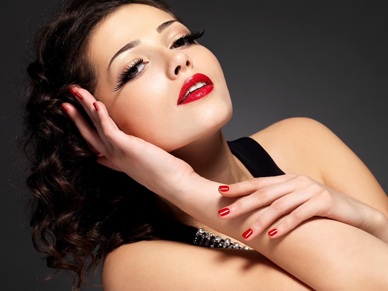 Фотография Брюнетка Маникюр Макияж девушка рука смотрят Серый фон красными губами брюнетки брюнеток маникюра мейкап косметика на лице Девушки молодая женщина молодые женщины Руки Взгляд смотрит сером фоне Красные губы