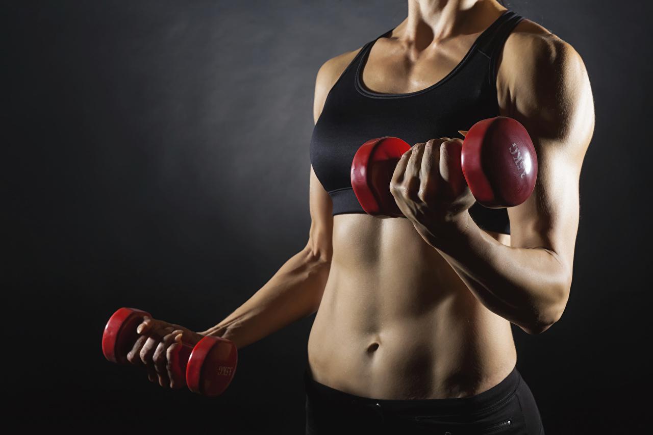 Обои для рабочего стола Тренировка Фитнес Спорт девушка Гантели Руки Живот Серый фон тренируется физическое упражнение Девушки гантель гантеля гантелей гантелями спортивный спортивные спортивная молодые женщины молодая женщина рука живота сером фоне