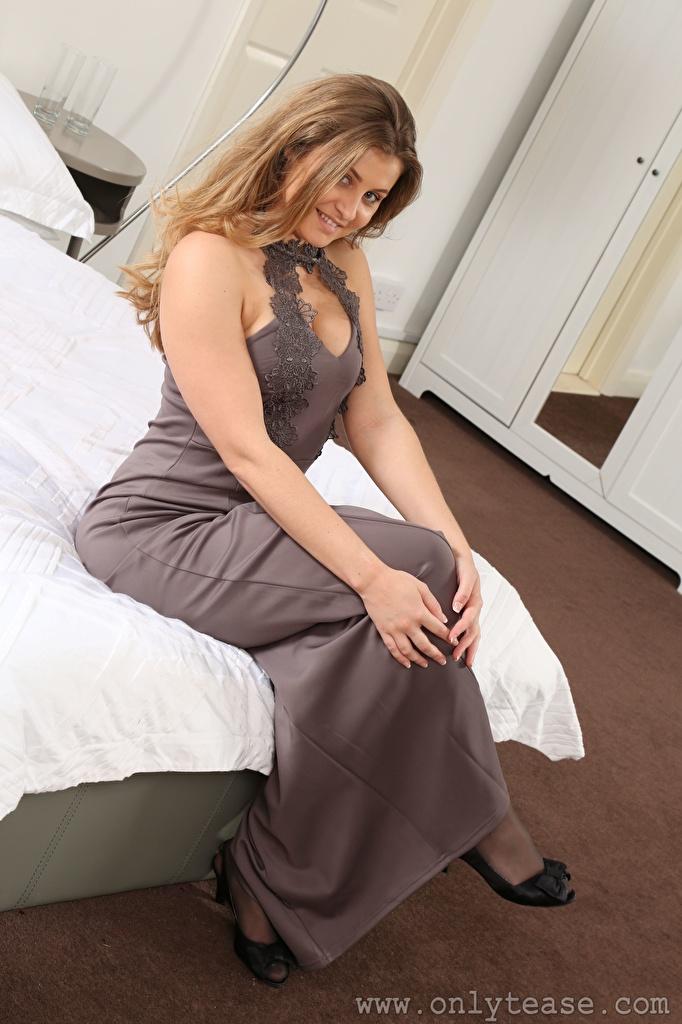 Обои для рабочего стола Lucy Ava Шатенка улыбается молодая женщина рука Сидит постель платья  для мобильного телефона шатенки Улыбка девушка Девушки молодые женщины Руки сидя кровати Кровать сидящие Платье