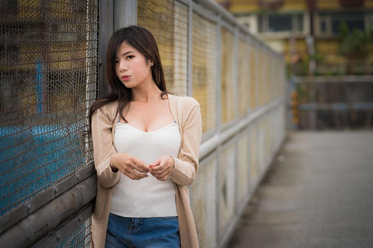 Картинка брюнеток боке девушка азиатки рука смотрят Брюнетка брюнетки Размытый фон Девушки молодые женщины молодая женщина Азиаты азиатка Руки Взгляд смотрит