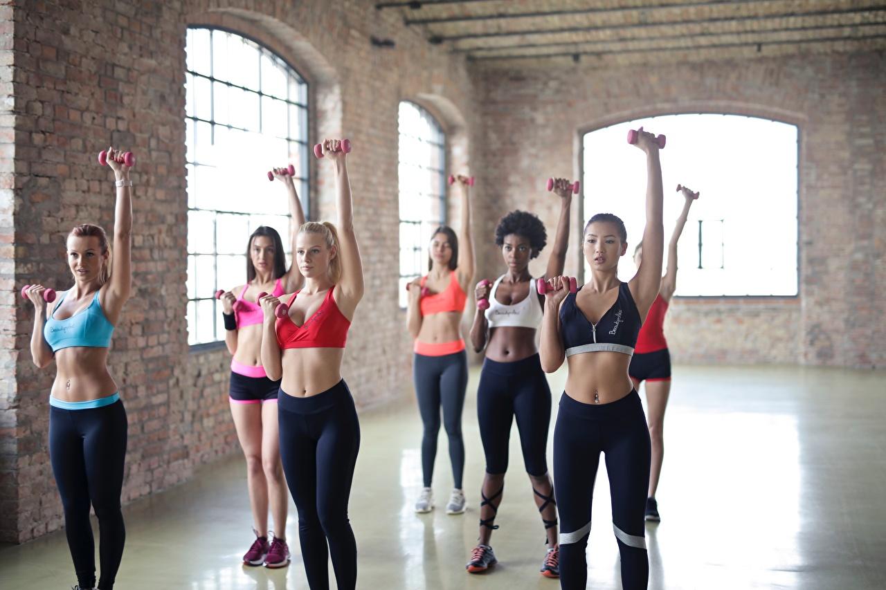 Картинка Блондинка спортивный зал физическое упражнение Фитнес спортивная молодые женщины Руки Живот Униформа блондинок блондинки Спортзал спортзале Тренировка тренируется Спорт Девушки девушка спортивный спортивные молодая женщина рука живота униформе