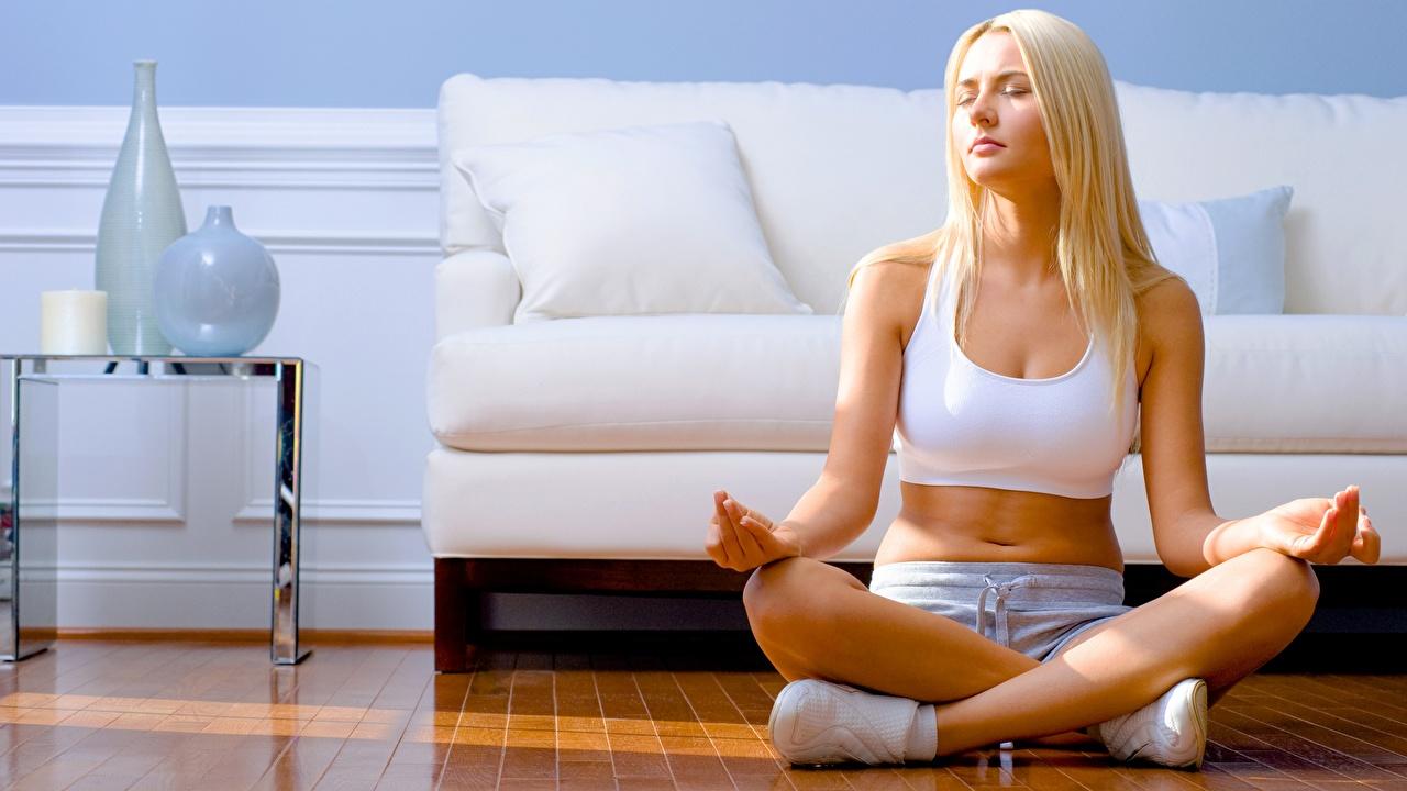Картинки Поза лотоса блондинки йогой Фитнес Девушки спортивные ног блондинок Блондинка Йога Спорт девушка спортивный спортивная молодые женщины молодая женщина Ноги