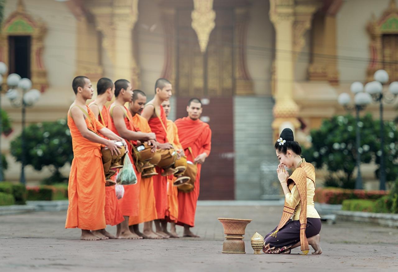 Фотография молодые женщины Брюнетка мужчина Монах азиатки униформе Религия девушка Девушки молодая женщина брюнеток брюнетки Мужчины Азиаты азиатка Униформа