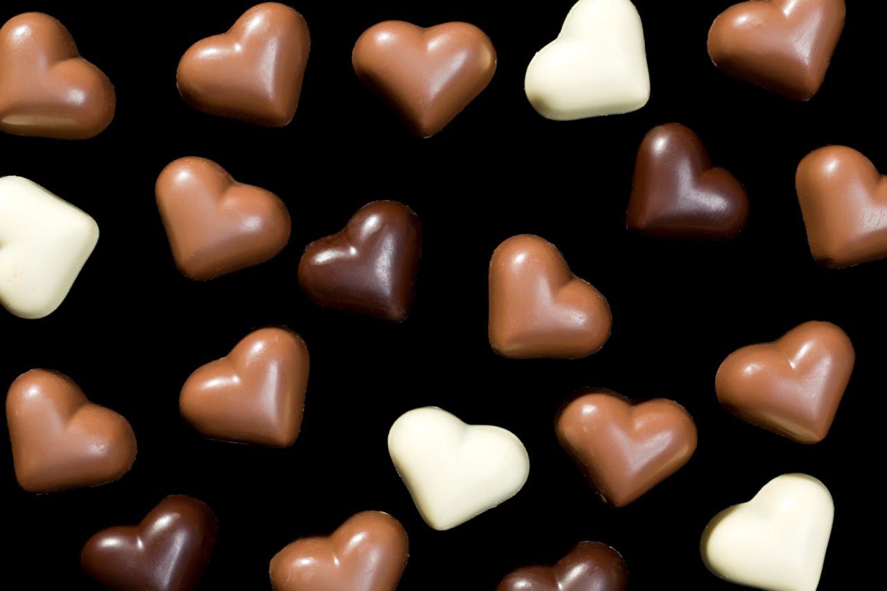 Обои День всех влюблённых сердечко Шоколад Конфеты Еда Сладости Черный фон День святого Валентина серце сердца Сердце Пища Продукты питания на черном фоне