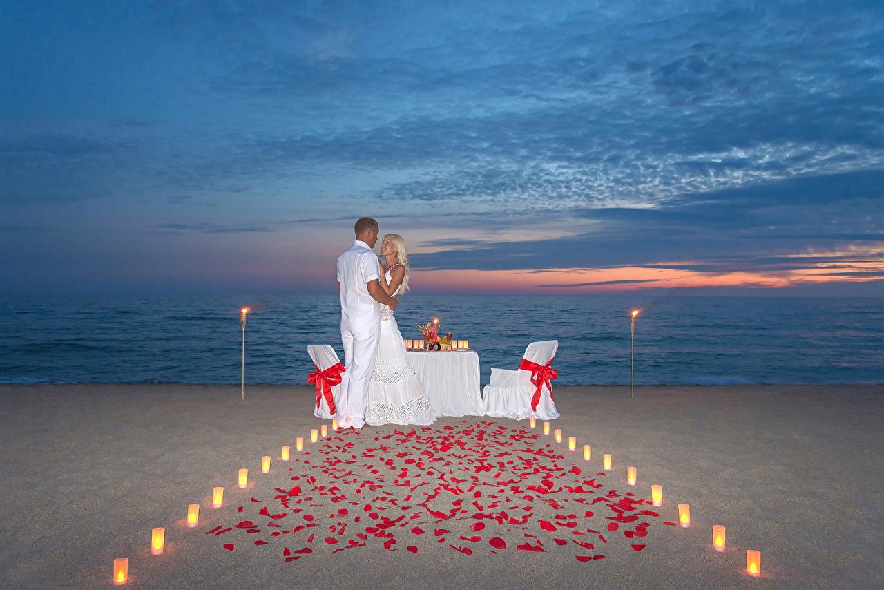 Картинки Блондинка Мужчины любовники Пляж Двое Девушки Объятие Вечер Влюбленные пары 2 вдвоем