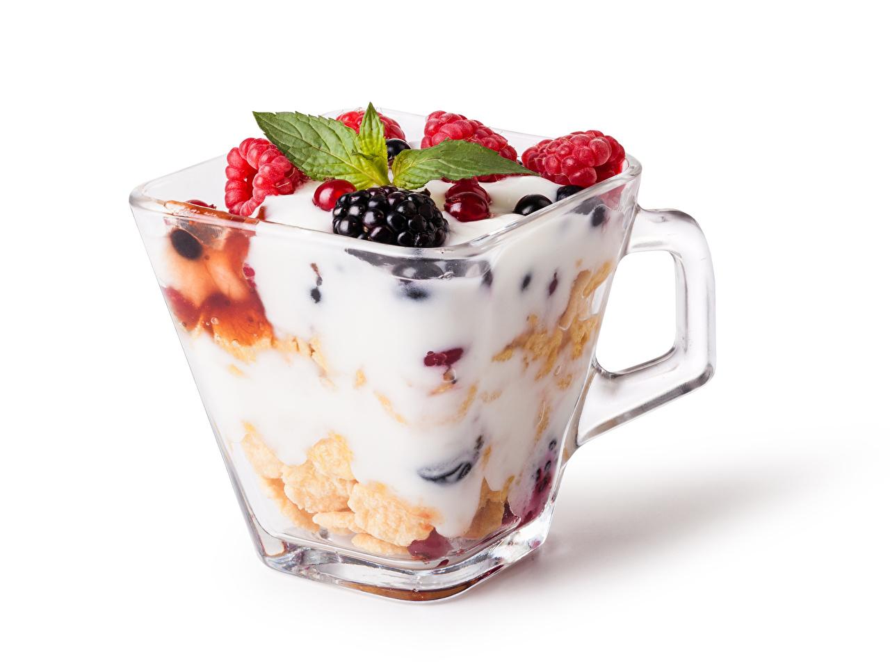 Картинка Сливки Еда Ягоды Мюсли Кружка Белый фон Пища Продукты питания