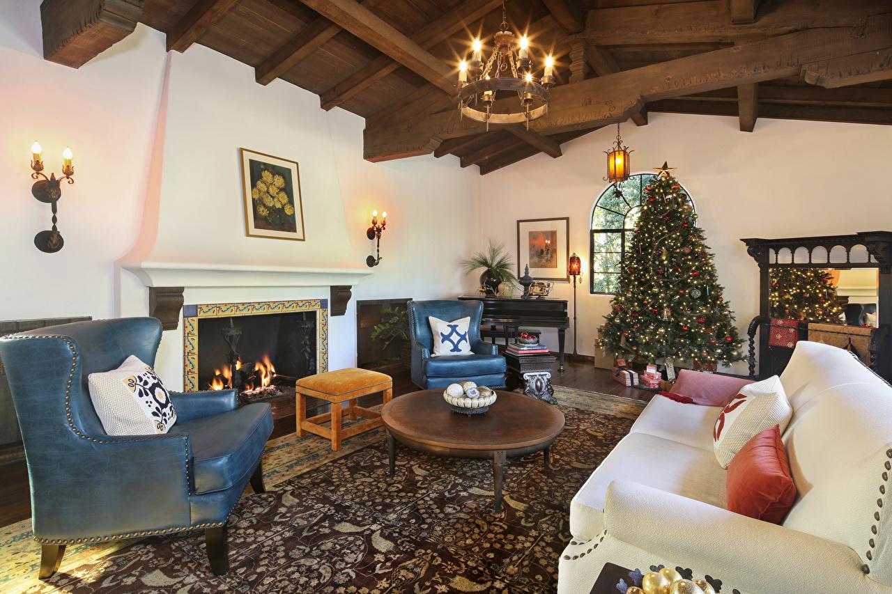 Картинки Новый год Гостиная Елка Камин Интерьер Диван Кресло Люстра дизайна Рождество гостевая Новогодняя ёлка камина камины диване люстры Дизайн