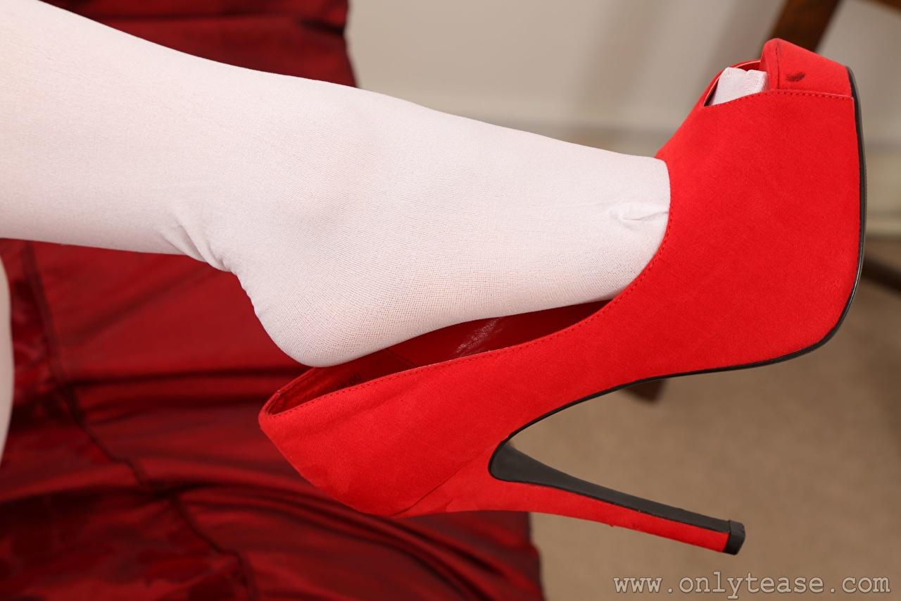 Фото Колготки красных девушка Ноги вблизи туфлях колготок колготках красная красные Красный Девушки молодая женщина молодые женщины ног Крупным планом Туфли туфель