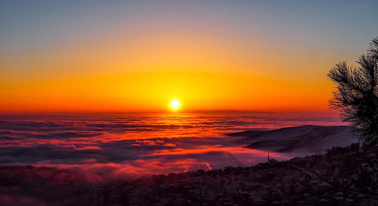 Загадка: белая гора на фоне заката красного солнца