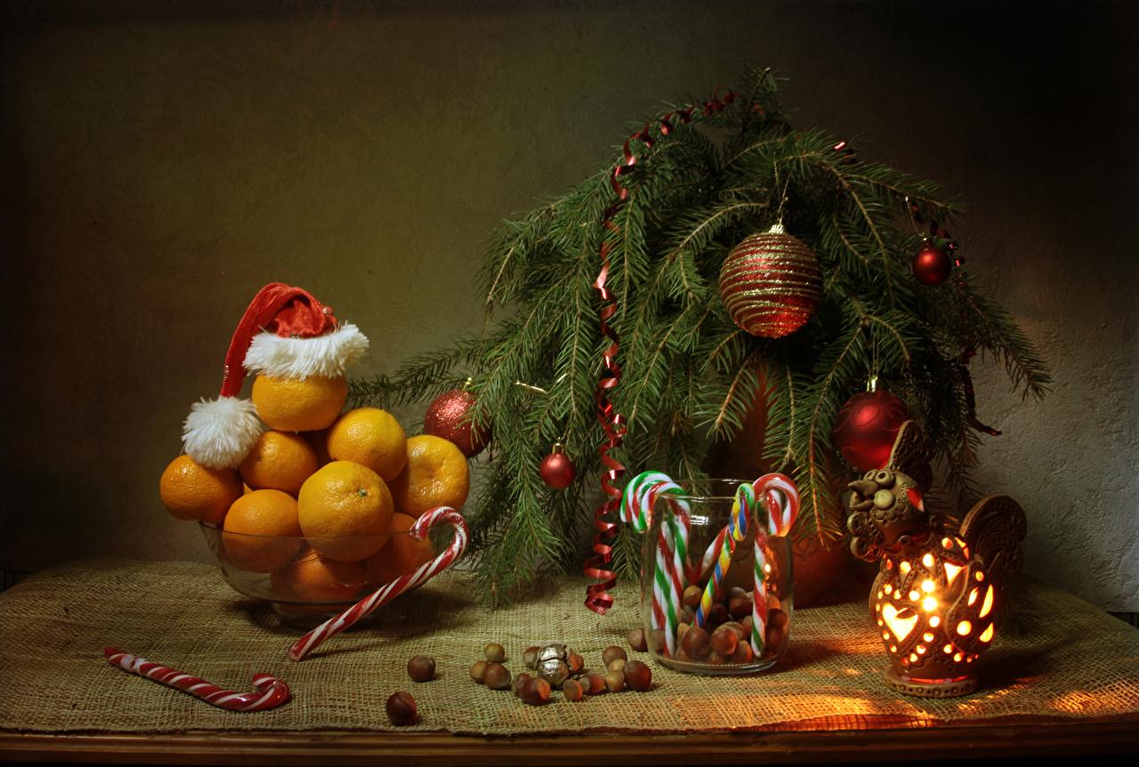 Фотографии Новый год Фонарь Шапки Мандарины Еда Шар Ветки Орехи Сладости Натюрморт Рождество Пища ветвь Шарики Продукты питания