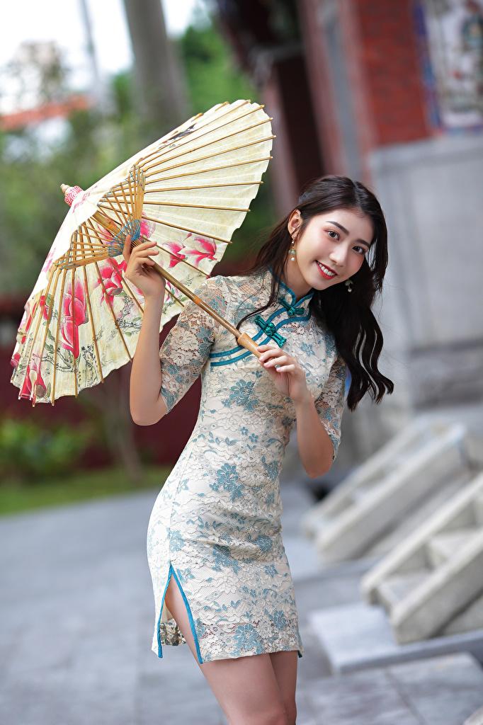 Фотография улыбается Девушки азиатка зонтом смотрит Платье  для мобильного телефона Улыбка девушка молодая женщина молодые женщины Азиаты азиатки Зонт зонтик Взгляд смотрят платья