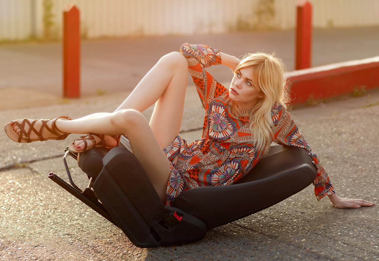Обои для рабочего стола Блондинка Поза Девушки ног Кресло Платье блондинки блондинок позирует девушка молодая женщина молодые женщины Ноги платья