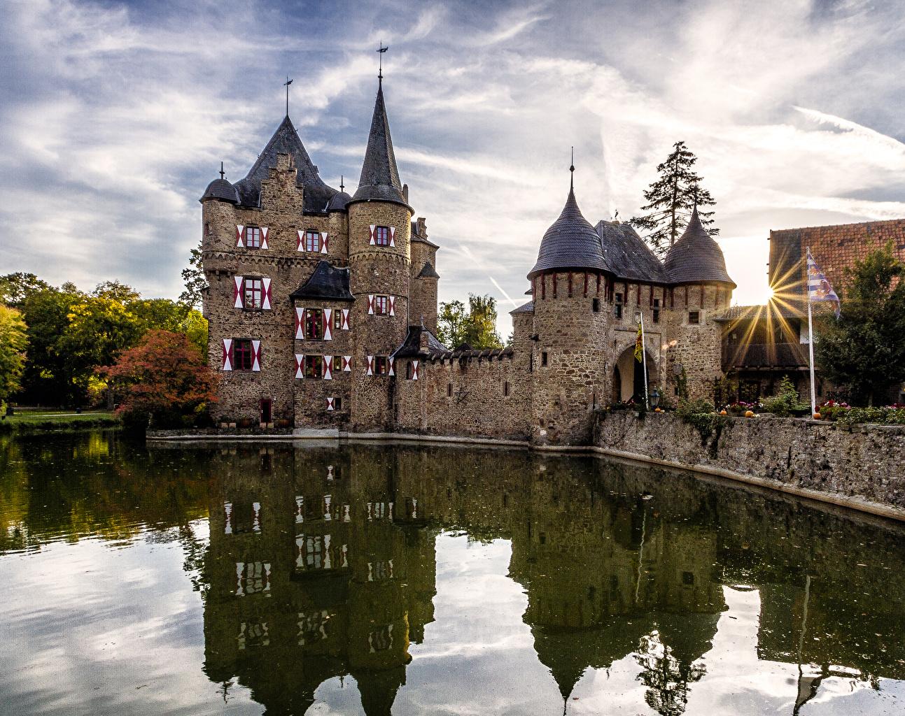 Обои для рабочего стола Лучи света Германия Satzvey Castle Замки Пруд город замок Города