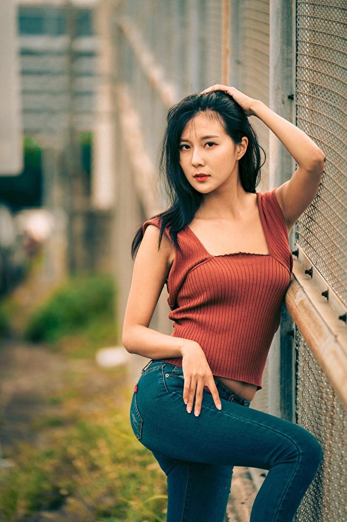 Фотографии Брюнетка Поза молодая женщина Азиаты джинсов рука Взгляд  для мобильного телефона брюнеток брюнетки позирует девушка Девушки молодые женщины Джинсы азиатка азиатки Руки смотрят смотрит