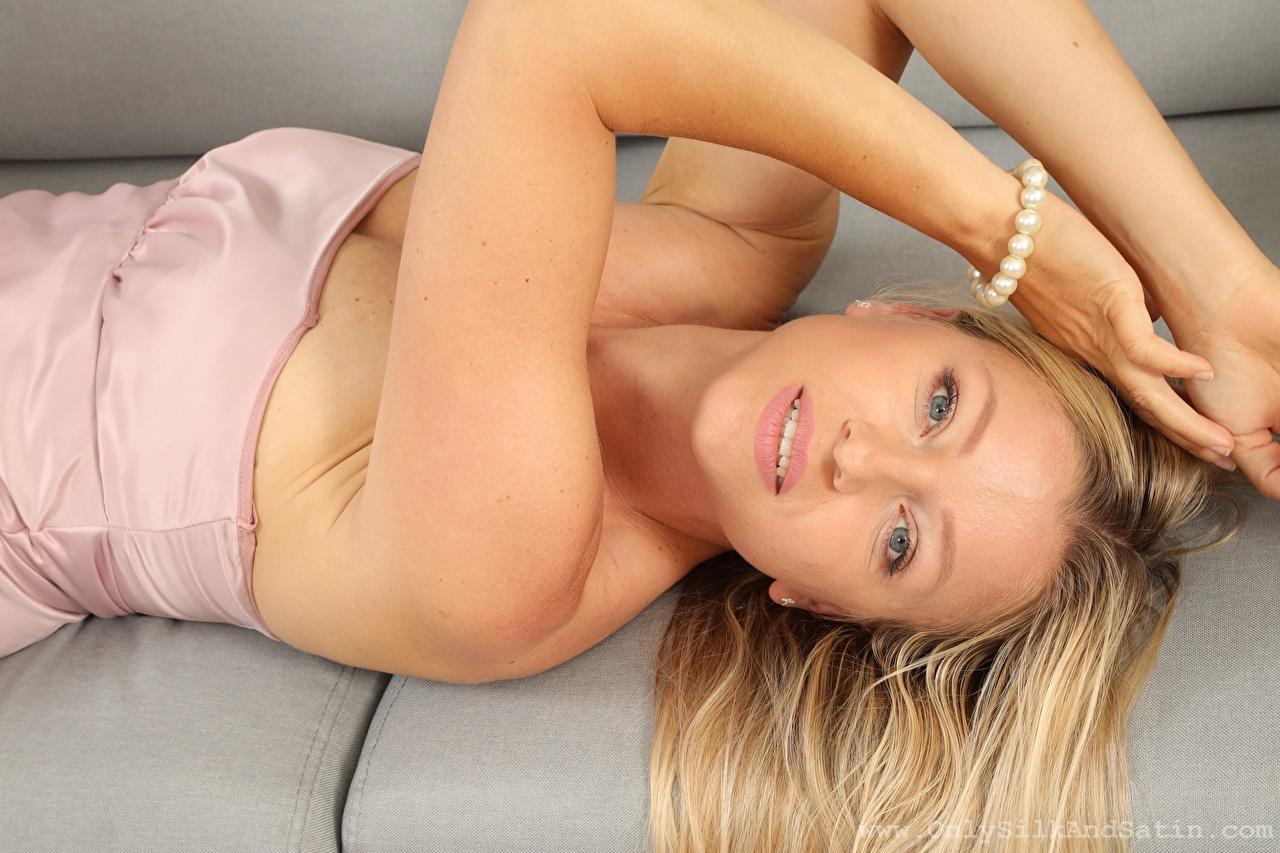 Картинка Blanca Brooke блондинок лежа Девушки рука смотрит блондинки Блондинка Лежит лежат лежачие девушка молодая женщина молодые женщины Руки Взгляд смотрят