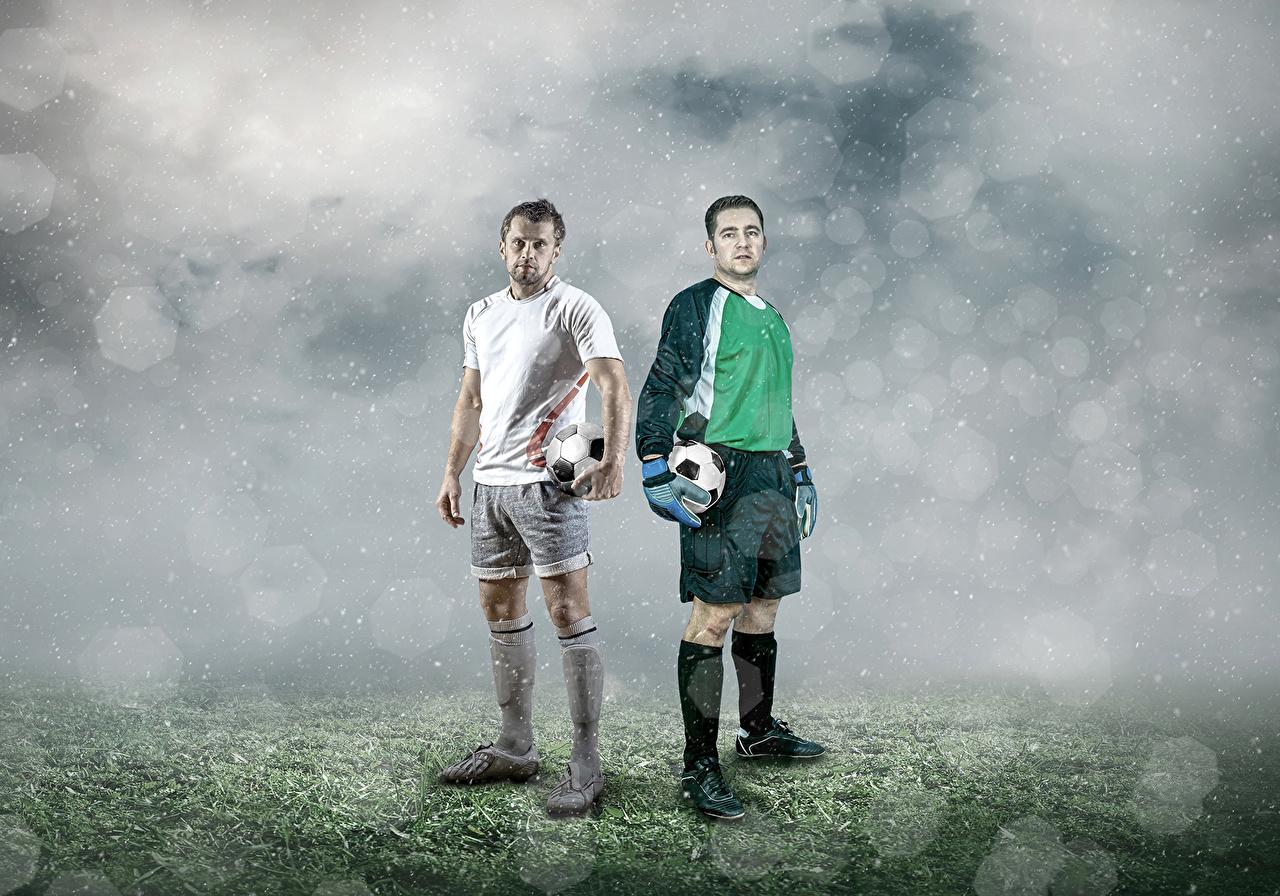 Фото мужчина Двое Футбол спортивные Мяч Мужчины 2 два две Спорт вдвоем спортивная спортивный Мячик