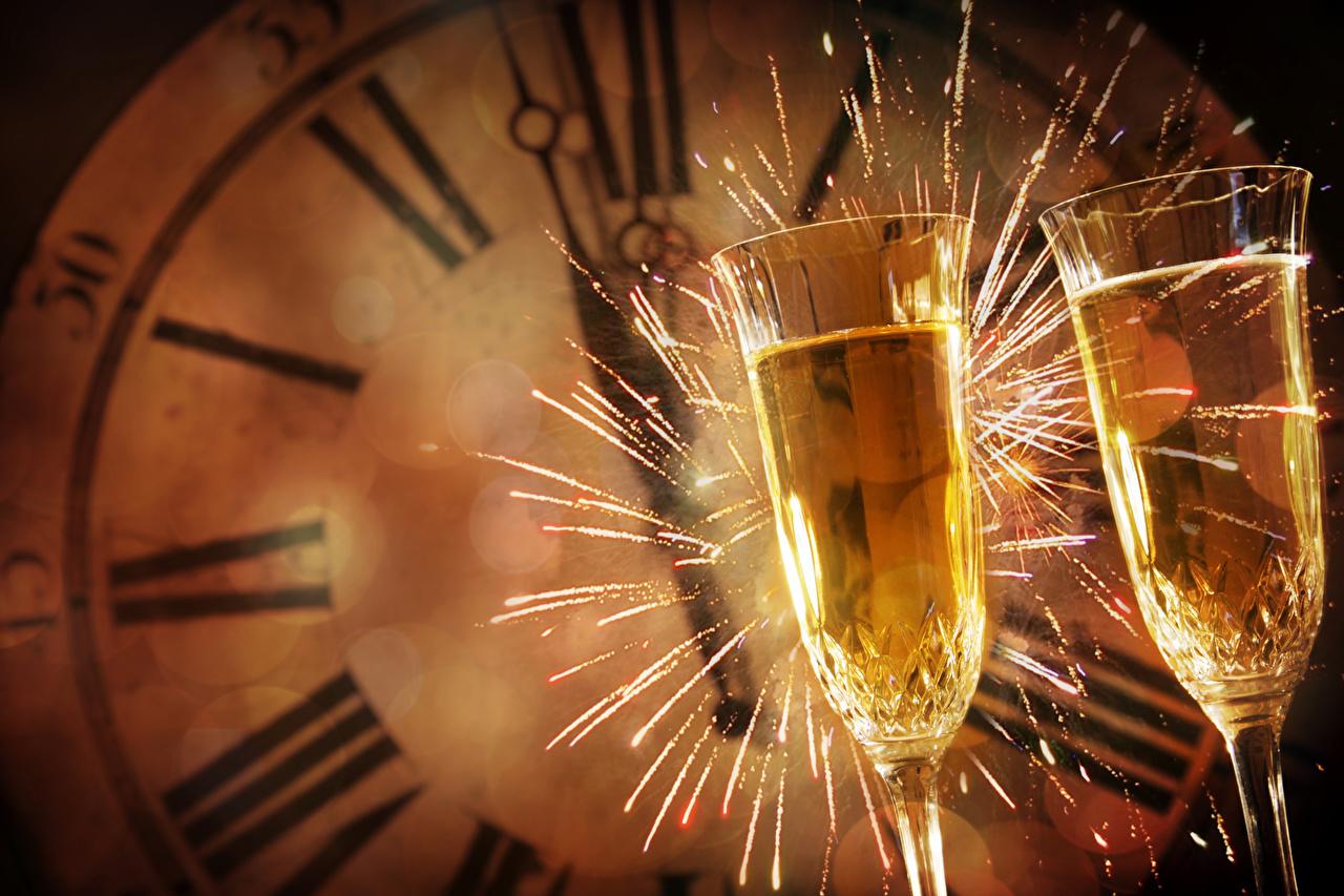 Картинка Новый год Бенгальские огни две Часы Шампанское Еда бокал Рождество 2 два Двое вдвоем Игристое вино Пища Бокалы Продукты питания
