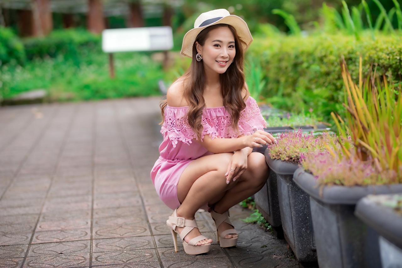 Фотография Шатенка Улыбка Размытый фон Шляпа молодая женщина азиатки сидящие Взгляд шатенки улыбается боке шляпы шляпе девушка Девушки молодые женщины Азиаты азиатка сидя Сидит смотрит смотрят