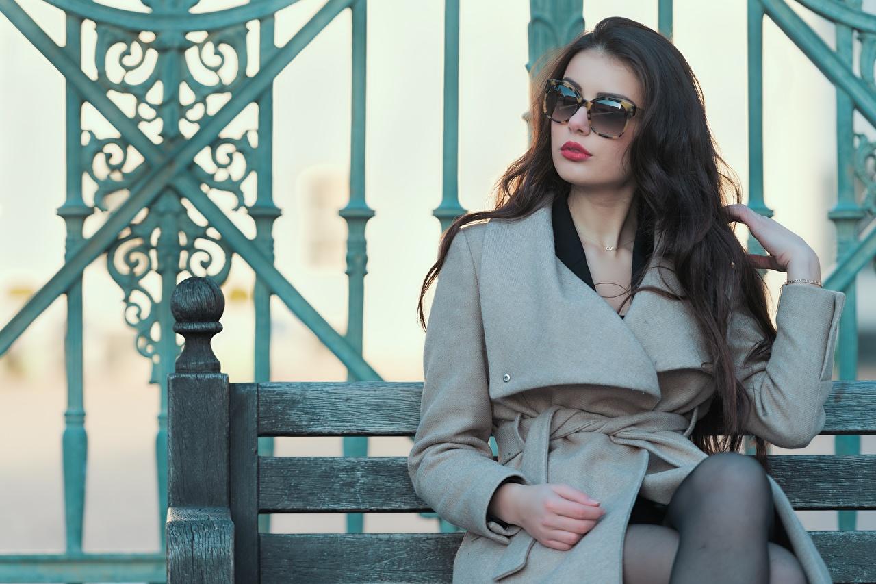 Фотографии Ester Merja Шатенка Luigi Malanetto Пальто Девушки Очки сидя шатенки девушка молодая женщина молодые женщины очков очках Сидит сидящие