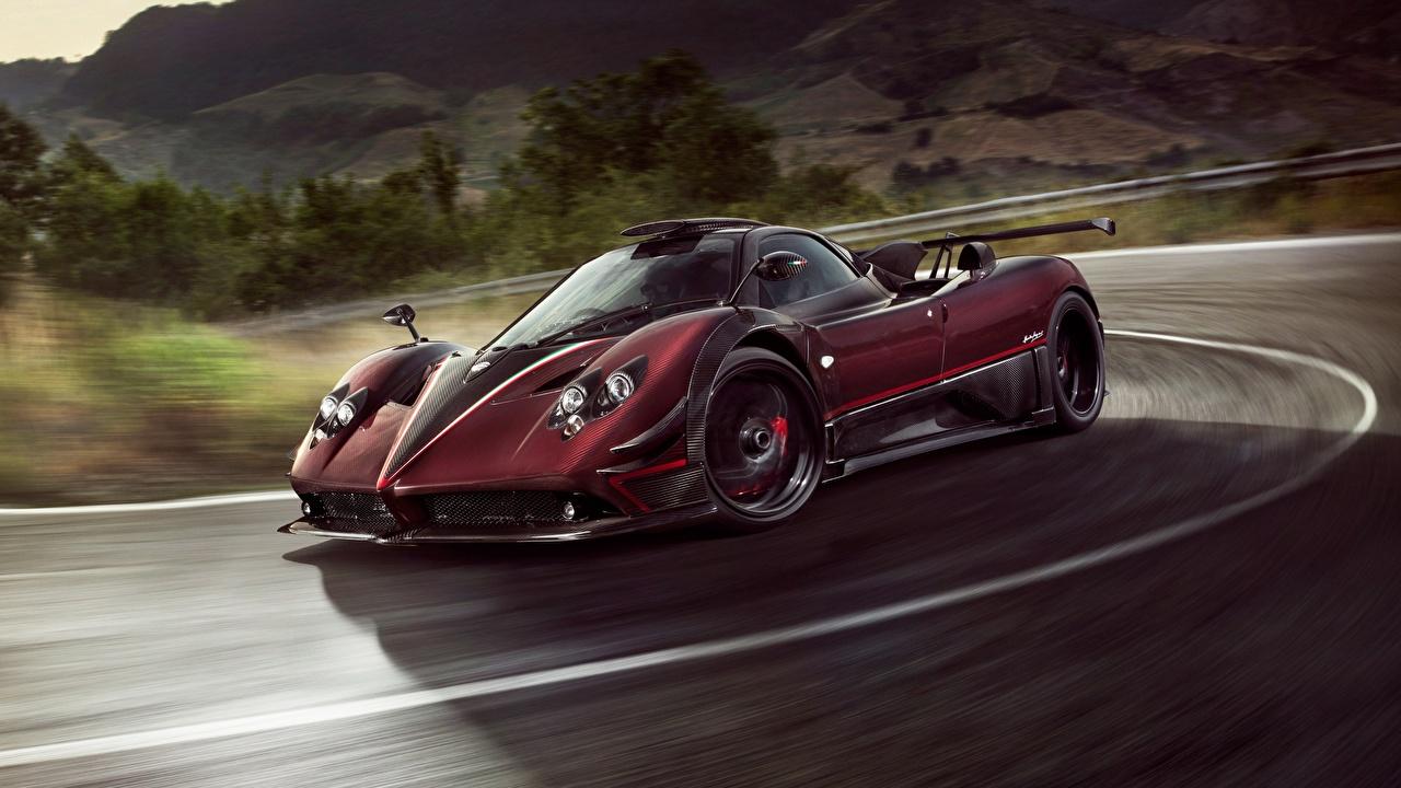 Картинки Pagani Fantasma Evo 2017 Zonda бордовая скорость автомобиль Пагани Бордовый бордовые темно красный едет едущий едущая Движение авто машина машины Автомобили