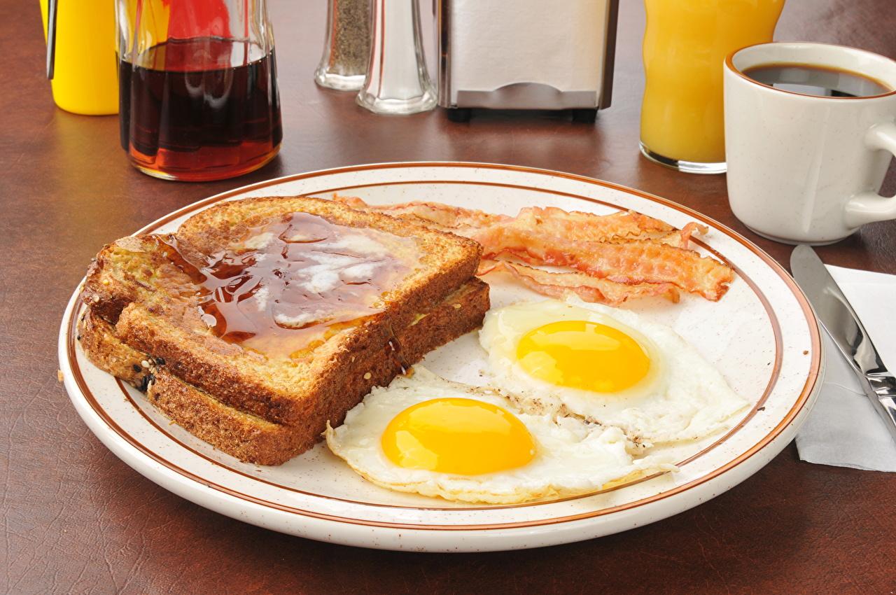 Фото яйцо Яичница Хлеб Тарелка Продукты питания яиц Яйца яйцами яичницы глазунья Еда Пища тарелке