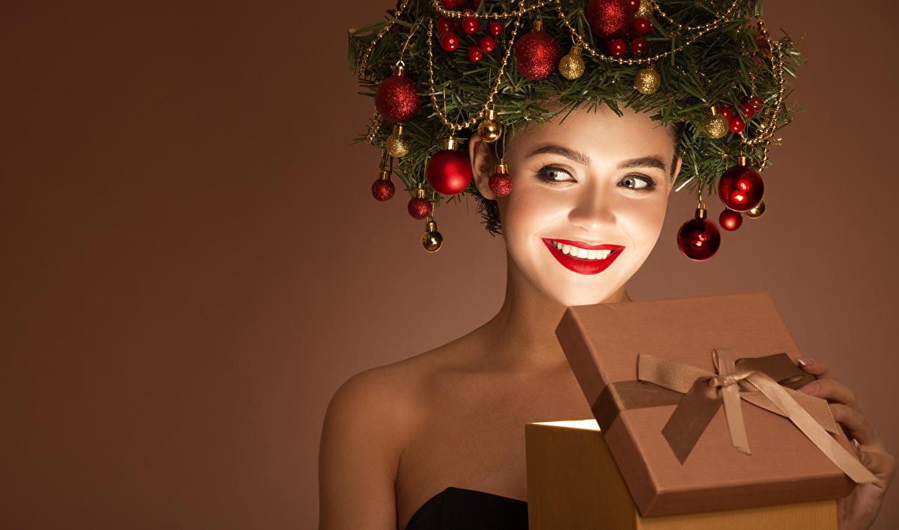 Обои для рабочего стола Новый год улыбается молодые женщины Подарки креативные ветка Шарики красными губами Цветной фон Рождество Улыбка девушка Девушки молодая женщина подарок Креатив подарков оригинальные Шар ветвь Ветки на ветке Красные губы