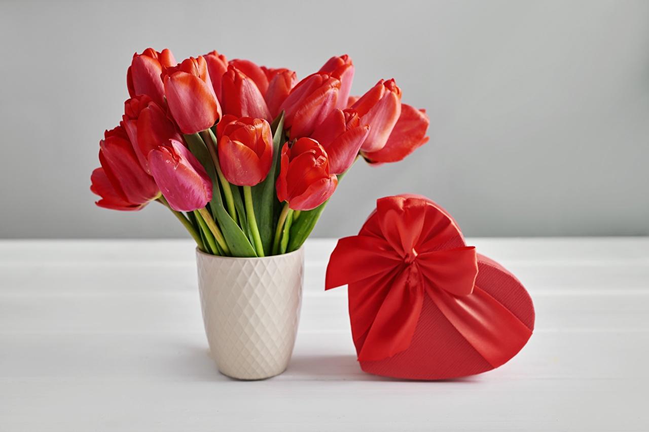 Фотографии День святого Валентина сердечко букет Тюльпаны цветок Коробка Подарки вазе бантики День всех влюблённых серце Сердце сердца Букеты тюльпан Цветы коробки коробке подарок подарков Ваза вазы бант Бантик