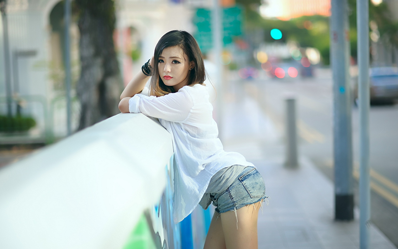 Картинка брюнеток Размытый фон молодая женщина Азиаты рука шорт смотрят брюнетки Брюнетка боке девушка Девушки молодые женщины азиатки азиатка Руки Шорты шортах Взгляд смотрит