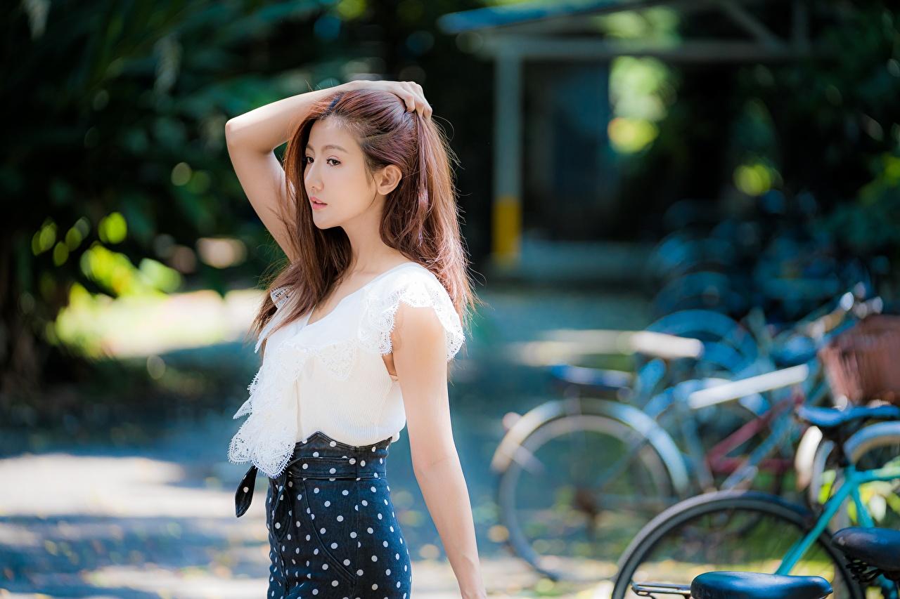 Фотографии Шатенка Размытый фон Поза Девушки Азиаты шатенки боке позирует девушка молодые женщины молодая женщина азиатки