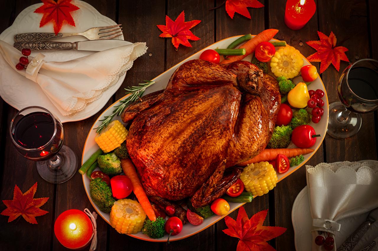 Обои для рабочего стола Вино Курица запеченная Еда Свечи Овощи Бокалы Пища бокал Продукты питания