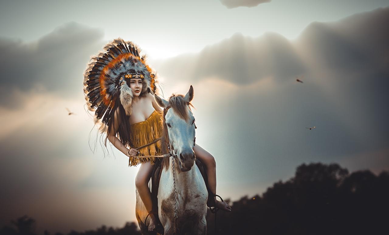 Картинки Лошади индейца Девушки животное лошадь индеец Индейцы девушка молодые женщины молодая женщина Животные