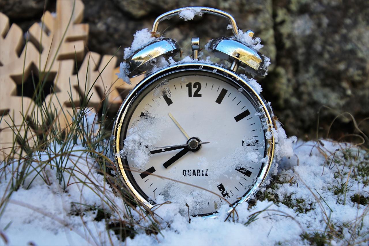 Фото Зима Часы снегу Циферблат Крупным планом зимние Снег снеге снега вблизи