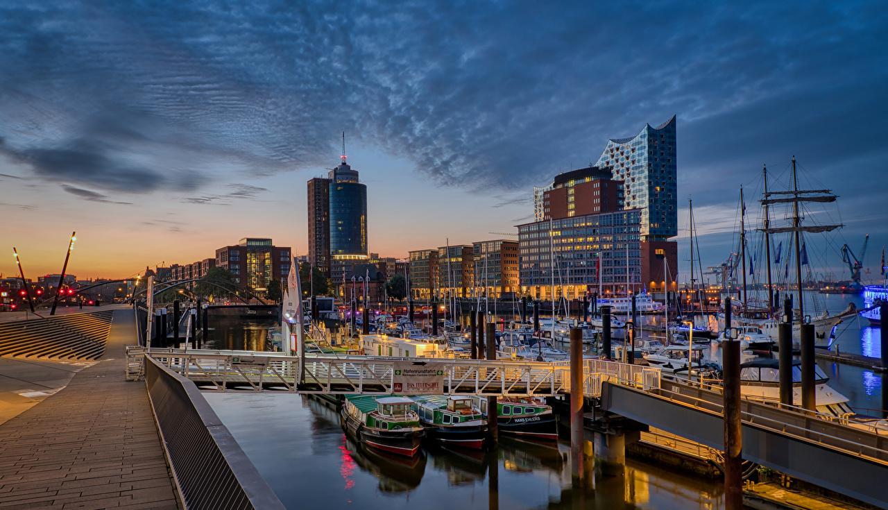 Фотографии Гамбург Германия Яхта Вечер Причалы Дома Города Пирсы Пристань город Здания