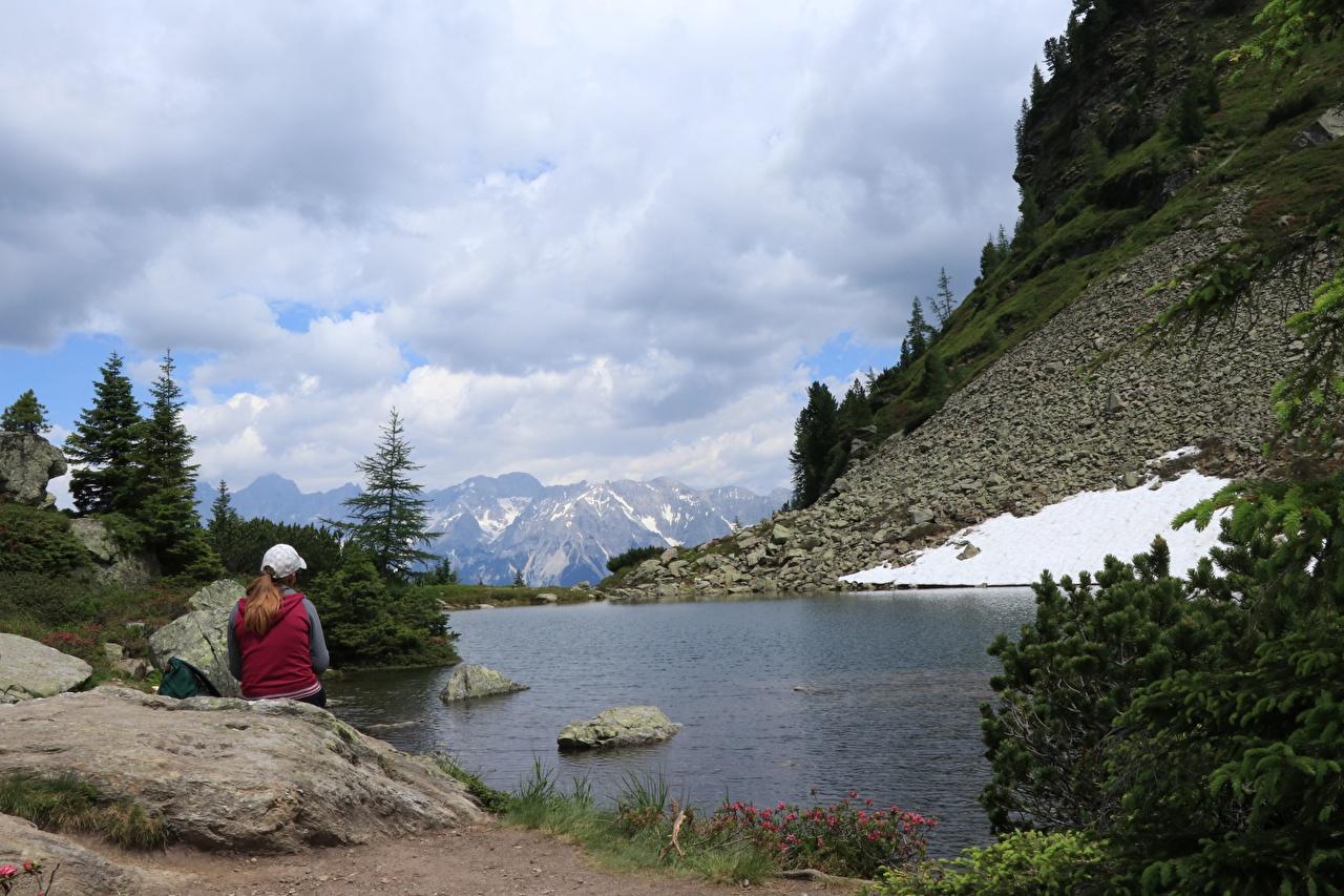 Фотография Альпы Германия Dachstein Горы Девушки Природа Снег Озеро Сидит Камни альп снеге снегу снега сидя Камень сидящие