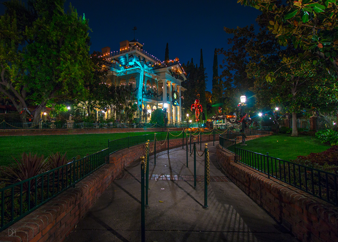 Картинка Анахайм Калифорния Диснейленд штаты HDR Природа Парки Ночь Газон Уличные фонари Дома Дизайн США HDRI Ночные Здания